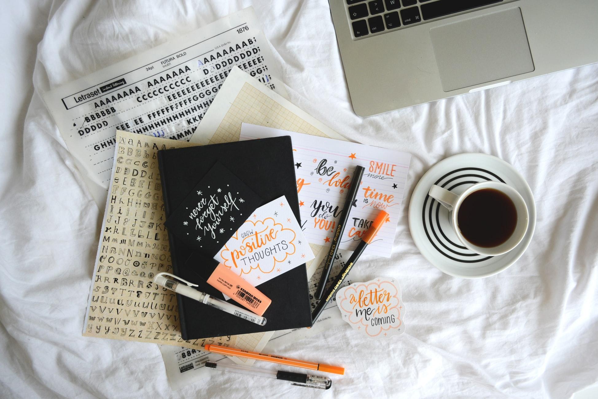 Notizbücher und Kaffeetasse